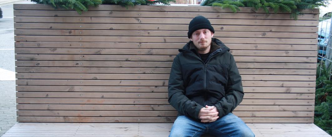 Kristian på en bænk